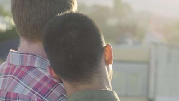 Gay couple enjoy the view of San Francisco skyline from rooftop Royalty-free stock video