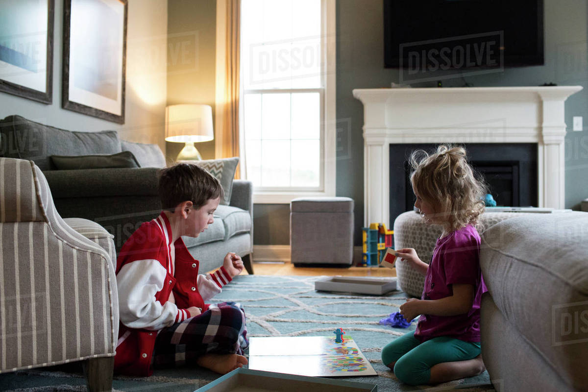 Siblings playing board game at home Royalty-free stock photo