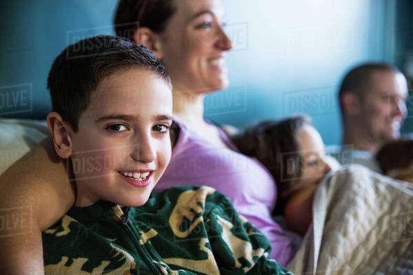 Family with three children (2-3, 4-5, 6-7) sitting on sofa Royalty-free stock photo