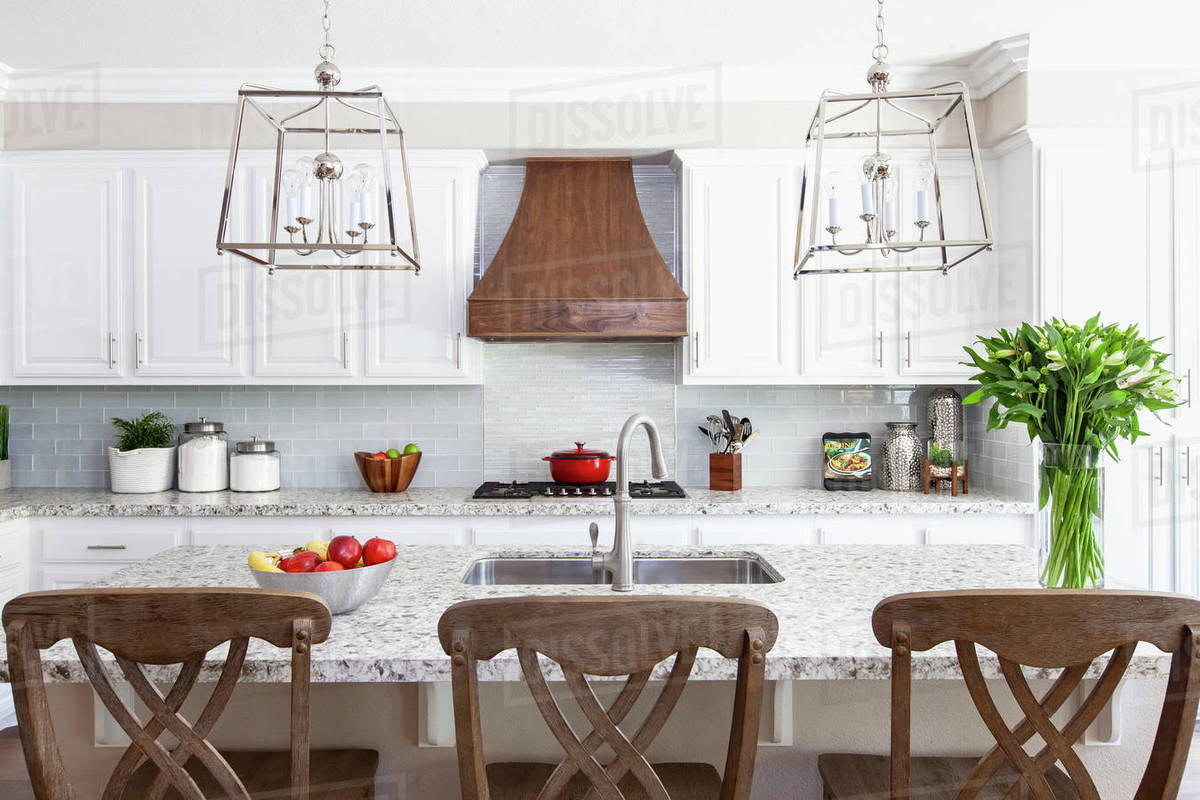 White modern farmhouse kitchen with red and green accents Royalty-free stock photo