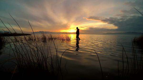 Lake rippling as the sun is setting over Utah Lake. Royalty-free stock video