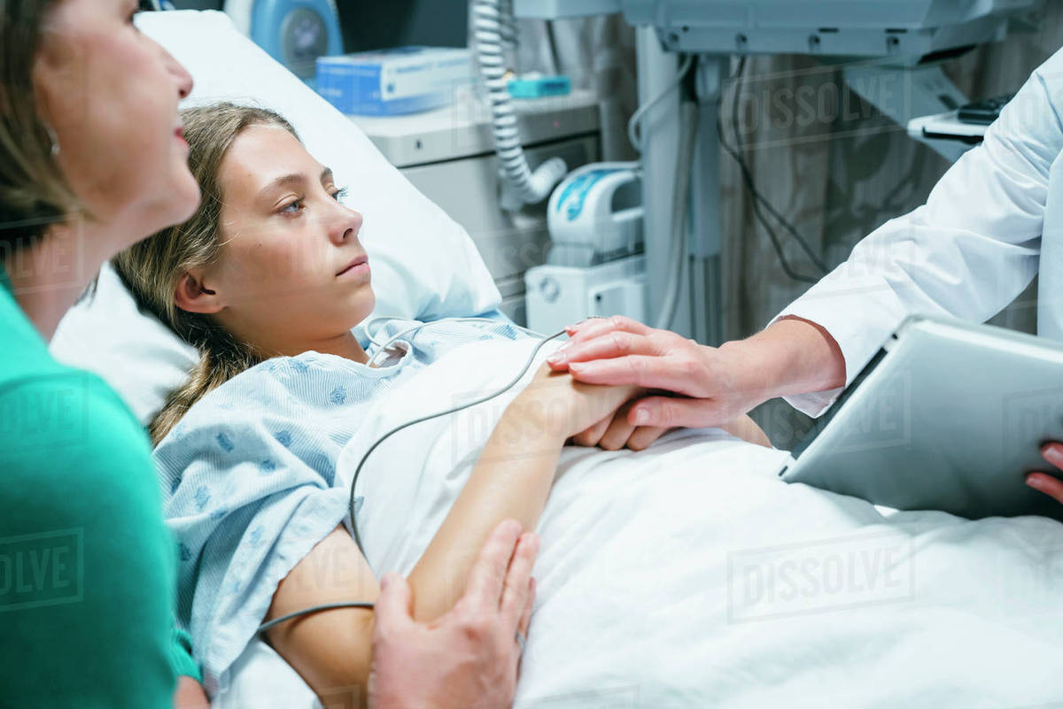 Exceptionnel Caucasian Doctor With Digital Tablet Comforting Girl In Hospital Bed