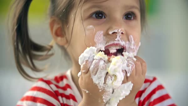 Four kids eating birthday cake with their hands Stock Video