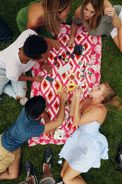 Overhead view of five adult friends picnicking in park Royalty-free stock photo