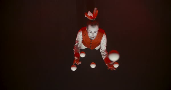 A male juggler performing tricks with juggling balls Royalty-free stock video