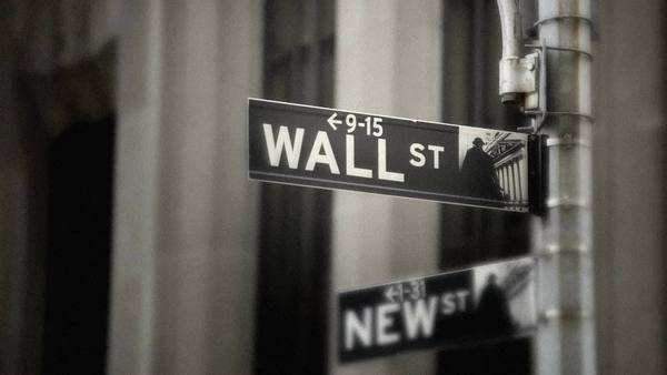 Street sign for Wall Street coming into focus, grainy Royalty-free stock video
