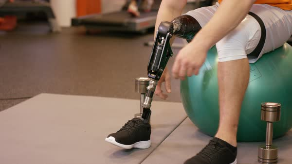 Muscular man with prosthetic leg working out with weights at the gym. Royalty-free stock video
